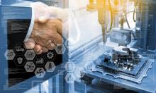 deux personnes échangeant une poignée de main avec une image représentant l'industrie du futur