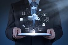 Homme tenant une tablette numérique illustrant un schéma Cloud Computing