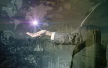 mains d'homme devant un schéma numérique