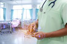 Médecin dans une chambre d'hôpital avec une tablette numérique