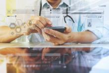 Médecin avec son smartphone illustrant le secteur e santé