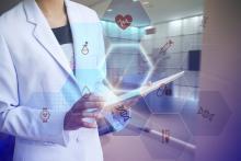 Médecin avec une tablette numérique illustrant le secteur e santé