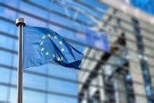 drapeau européen flottant devant le parlement à Bruxelles