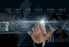main sur un tableau de cotes de la Bourse