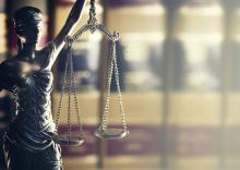 statue représentant la justice portant un bandeau sur les yeux et une balance à la main.
